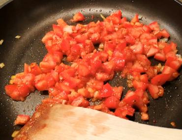 Tomaten in der Pfanne schmoren